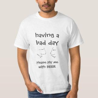 Camiseta tendo um dia mau - exerça com a CERVEJA - texto