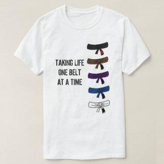 Camiseta Tomando a vida uma correia em um t-shirt do tempo