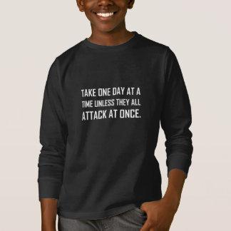 Camiseta Tome um dia de cada vez a menos que todos atacarem