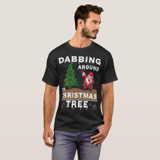 Camiseta toque ligeiro em torno da árvore de Natal