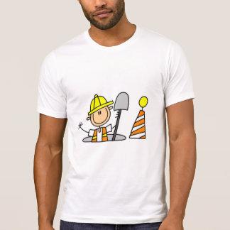 Camiseta Trabalhador da construção na câmara de visita