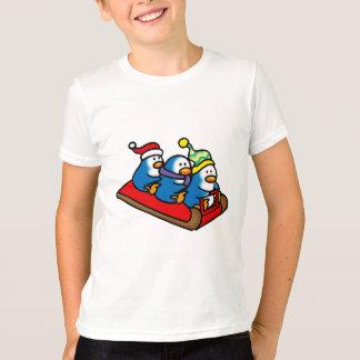 Camiseta Três pinguins em um pequeno trenó