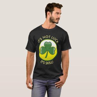 """Camiseta Trevo que irlandês afortunado """"não é sorte, ele é"""