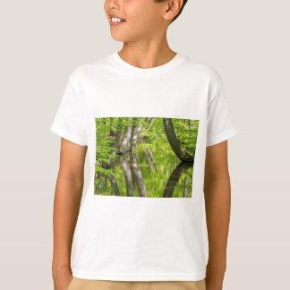 Camiseta Troncos de árvore da faia com água na floresta do