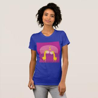 Camiseta Tshirt roxo das mulheres com girafas do amor