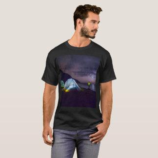 Camiseta tshirt surreal de acampamento da fantasia da