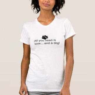 Camiseta Tudo que você precisa é amor. e um cão!
