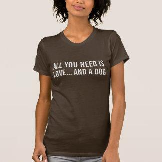 Camiseta Tudo que você precisa é amor… e um t-shirt do cão