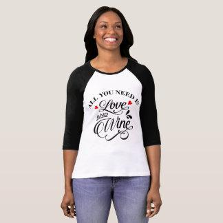 Camiseta Tudo que você precisa é amor e vermelho e preto de
