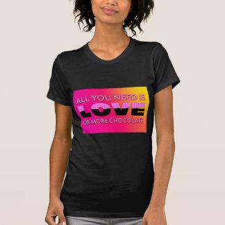 Camiseta Tudo que você precisa é amor ou mais chocolate