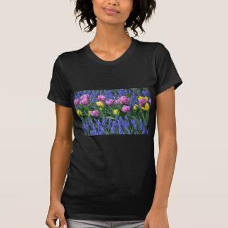 Camiseta Tulipas e jardim dos bluebells