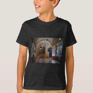 Camiseta Um claustro tranquilo do monastério em Dubrovnik