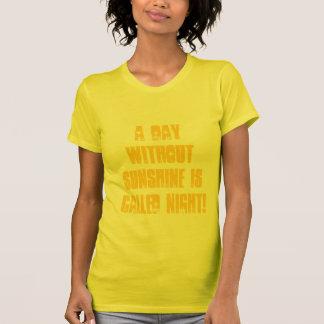 Camiseta Um dia sem luz do sol é chamado Noite!