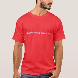 Camiseta Um dyslexic anda em um sutiã