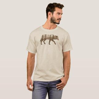 Camiseta Um lobo fora com montanhas e árvores
