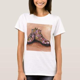 Camiseta Um par de botas floridos estimadas