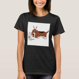 Camiseta Um T das mulheres do Basset da páscoa