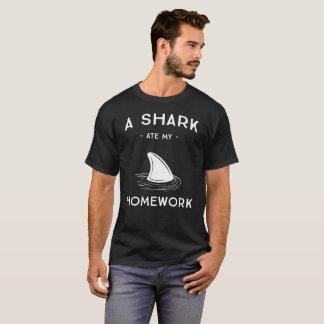 Camiseta Um tubarão comeu meu humor da escola dos trabalhos