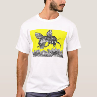Camiseta Uma abelha ocupada bonita no jardim