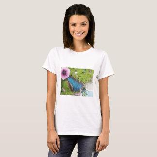 Camiseta Uma borboleta azul em uma planta