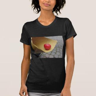 Camiseta Uma cereja vermelha no papel da comida da palha