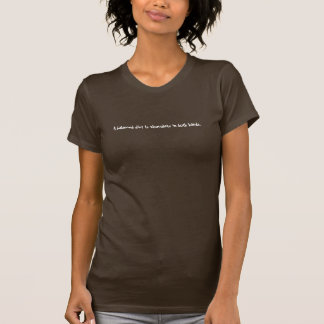 Camiseta Uma dieta equilibrada é chocolate em ambas as mãos