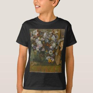 Camiseta Uma mulher assentada ao lado de um vaso das flores