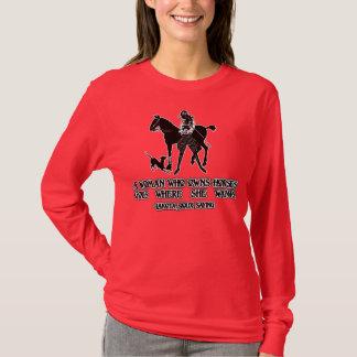 Camiseta Uma mulher que possua cavalos vai aonde quer