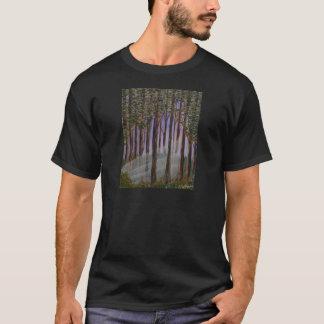 Camiseta Uma opinião da floresta; luz solar através das