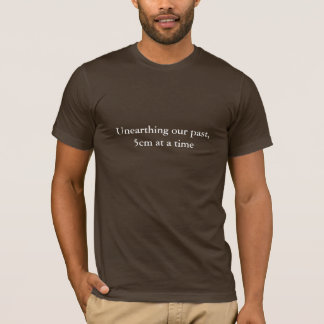 Camiseta Unearthing nosso passado, 5 cm em um t-shirt do
