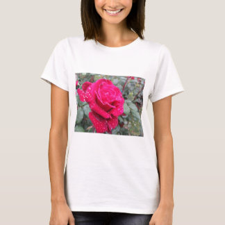 Camiseta Única flor da rosa vermelha com gotas de água