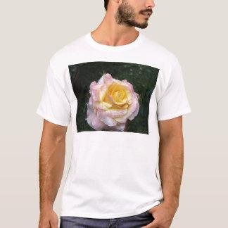 Camiseta Única flor do rosa amarelo com gotas de água