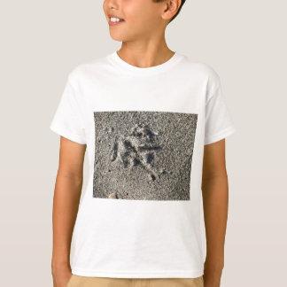 Camiseta Única pegada do pássaro da gaivota na areia da