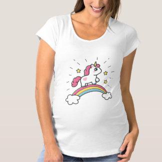 Camiseta Unicórnio bonito em um design do arco-íris