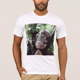 Camiseta Urso de Koala bonito que relaxa em uma árvore