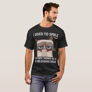Camiseta Usado para sorrir trabalhado como o servidor da