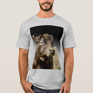 Camiseta Vaca de Brown que Munching no feno,