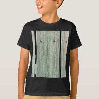 Camiseta Verde e passagem de madeira da prancha de Brown