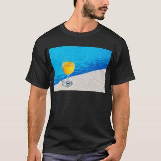 Camiseta Vidro com sumo de laranja na borda da piscina