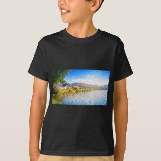 Camiseta Vila pequena perto de um lago