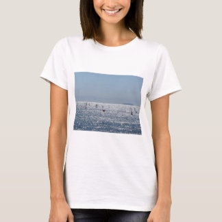 Camiseta Windsurfing no mar. Silhuetas dos Windsurfers