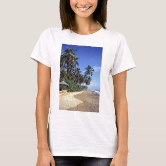 Camisetas femininas tropicais da cena da praia do