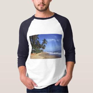 Camisetas masculinas tropicais da cena da praia do