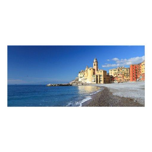 Camogli, beira-mar e igreja modelo de panfleto informativo