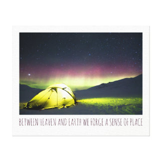 Campista da barraca sob borealis da Aurora na Impressão Em Tela