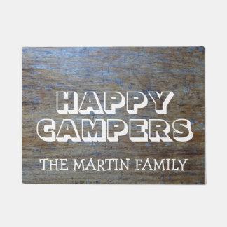 Campistas felizes de acampamento da madeira tapete