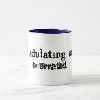 Caneca adulting está sobre a ideia engraçada avaliado do