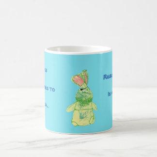 Caneca azul do chá do coelho de Anita todas as