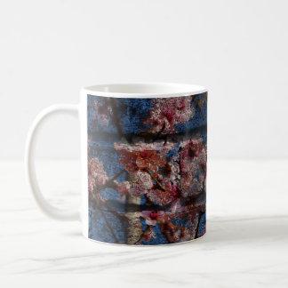 Caneca azul do tijolo e das flores