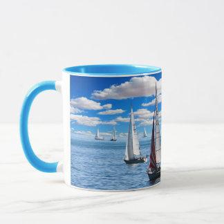 Caneca azul do veleiro e de café da vista para o